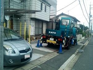 屋根工事中の駐車場の状況